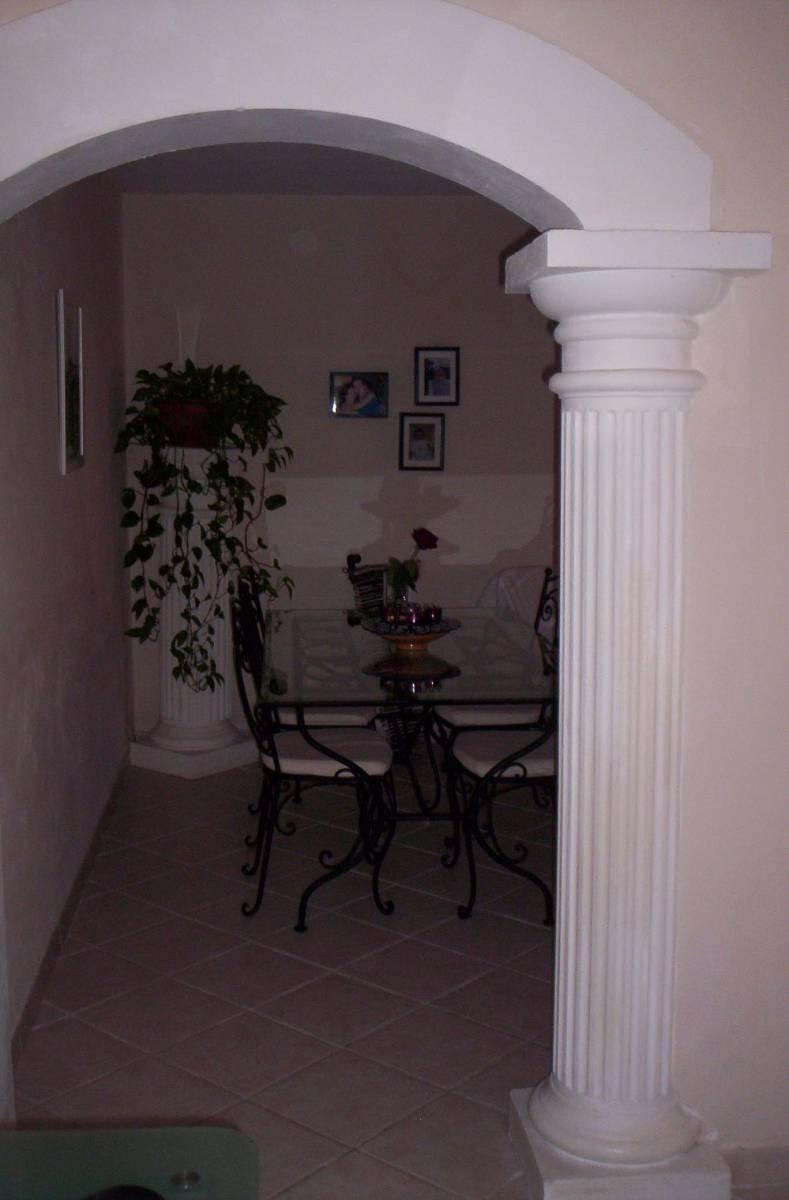 Habiller Un Poteau Interieur idées de décoration intérieure avec un poteau rond cannelé